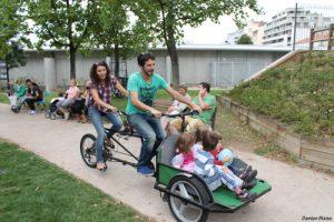 Un couple et 2 enfants sur le tandem-triporteur